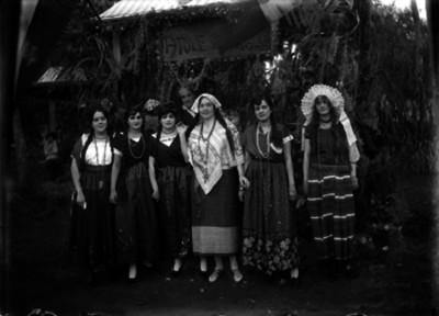 Mujeres con trajes mistecos y tehuanas, durante una kermesse