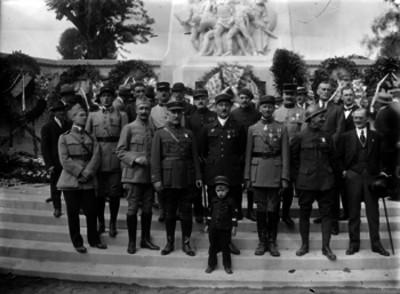 Miembros de la colonia Frances en el panteón Frances durante una ceremonia