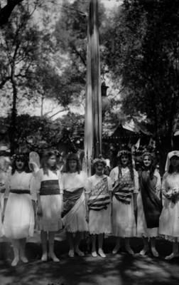 Adolescentes americanos disfrazados durante una festividad