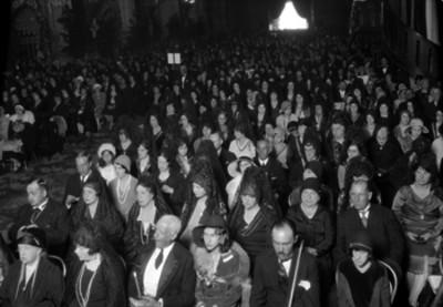 Ceremonia religiosa con miembros de la colonia española