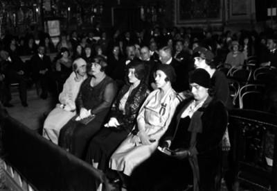 Feligreses de la colonia española durante una ceremonia religiosa