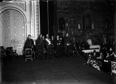 Diplomáticos en reclinatorios durante una ceremonia religiosa