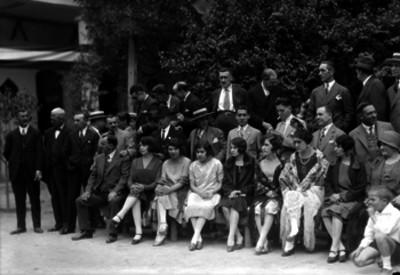 Miembros de la colonia española en un jardín, retrato de grupo