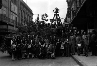 Miembros de la colonia española en la calle de la cd. de México, retrato de grupo