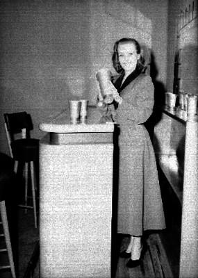 Mujer en una cantina de casa - habitación