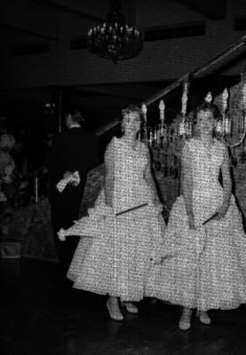 Damas con sombrilla durante una fiesta de quince años en un salón, retrato de grupo