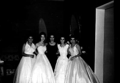 Quinceañera con damas y familiares en un tocador, retrato de grupo