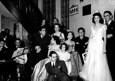 Personas en la escalera de una casa durante una fiesta