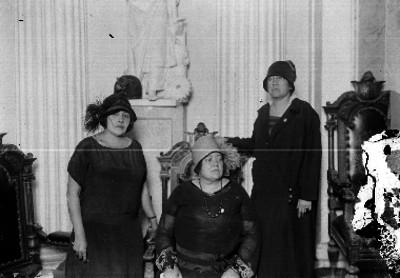 Mujer de edad avanzada en una sala, retrato de grupo