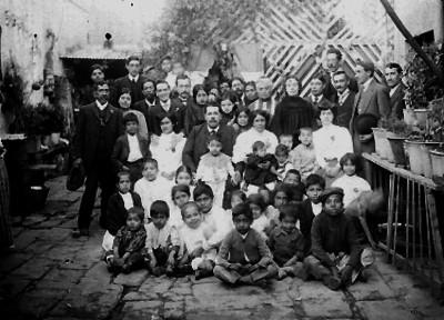 Familia en el patio de una casa, retrato de grupo