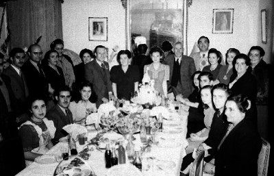 Quinceañera en compañía de familiares durante el banquete ofrecido en su honor