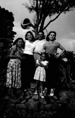 Familia junto a un árbol, retrato de familia