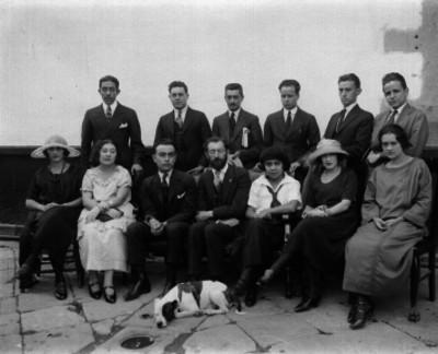 Familia en el patio de una casa habitación, retrato de familia