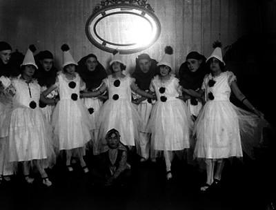 Hombres y mujeres disfrazados, retrato de grupo