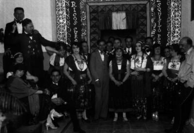 Actores de carnaval disfrazados, retrato de grupo