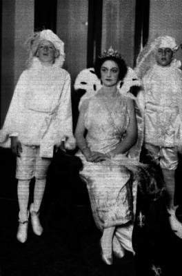 Reina del carnaval y sus pajes, en una habitación, retrato