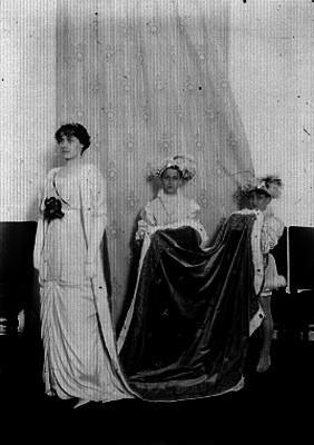 Mujer vestida de reina con dos pajes, retrato