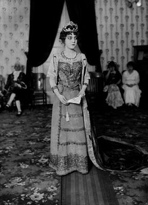 Mujer vestida de reina, retrato