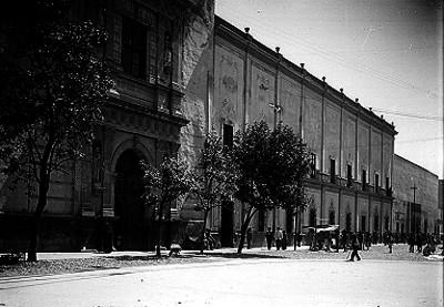 Iglesia y edificio en una calle de la ciudad de Querétaro, fachadas