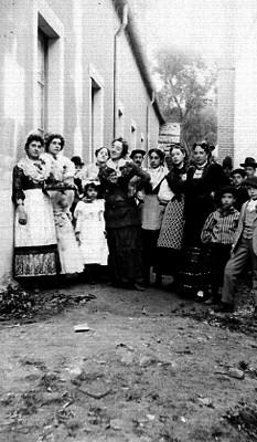 Mujeres y niños fuera de una casa, retrato de familia