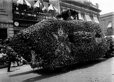 Carro alegórico durante un desfile en un carnaval