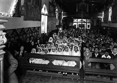Niños durante su primera comunión colectiva