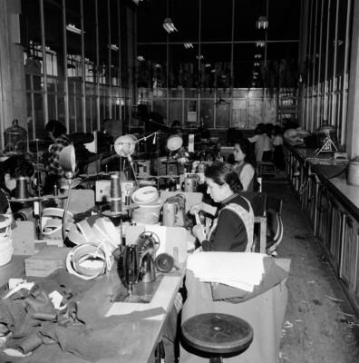 Mujeres fabrican sombreros con máquinas de coser