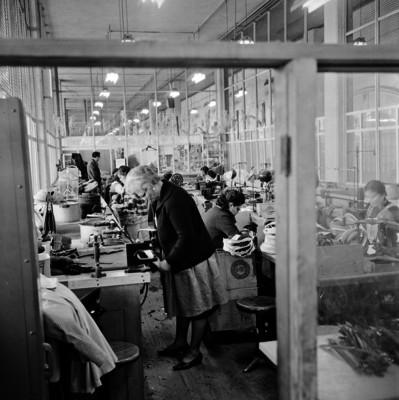 Obreras cosen sombreros y gorras en un taller