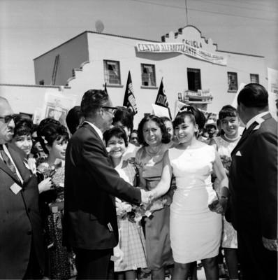 Gustavo Díaz Ordaz y funcionarios visitan una escuela