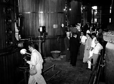 Marco Antonio Muñoz y empresarios recorriendo instalaciones con maquinaria industrial del Ingenio azucarero de Zacatepec, Morelos