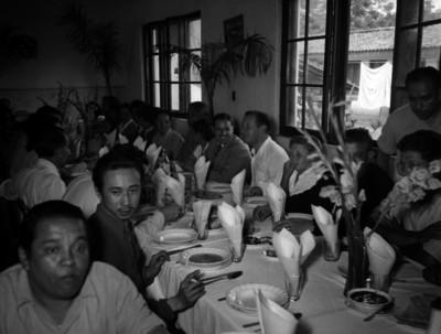 Empresarios y funcionarios disfrutando de un banquete en un salón del Ingenio azucarero de Zacatepec, Morelos
