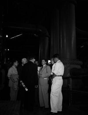 Marco Antonio Muñoz conversando con empresarios en instalaciones con maquinaria industrial del Ingenio azucarero de Zacatapec, Morelos