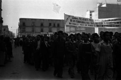 Trabajadores ferrocarrileros con pancartas, durante un mitin en el Zócalo de la Ciudad de México