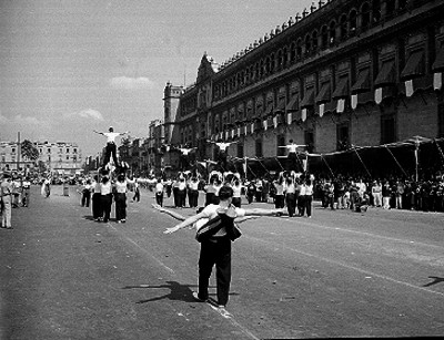 Adolescentes haciendo pirámides gimnasticas durante un desfile