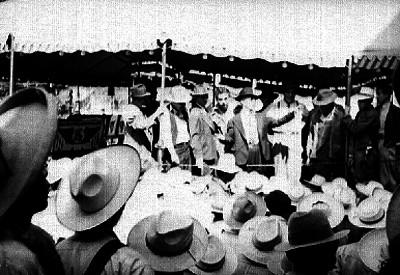 Lideres de braceros e indocumentados durante un mitín en el estadio Nacional