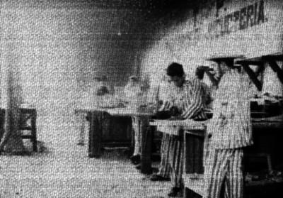 Presos trabajando en el taller de jugueteria de la Penitenciaria de. D.F.