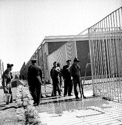 Presos trabajando en un taller de talabarteria de la cárcel de Santa Martha Acatitla