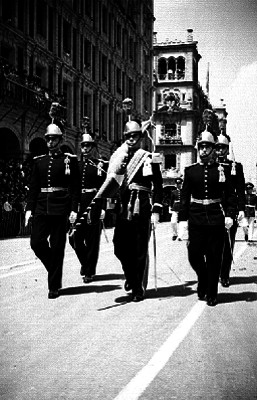 Escolta militar defilando con la bandera en señal de luto