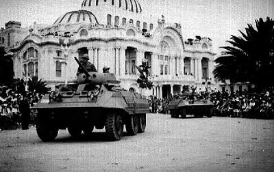 Tanques de guerra desfilando frenre al Palacio de Bellas Artes
