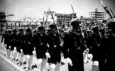 Cadetes del Colegio Militar desfilando en el Zócalo