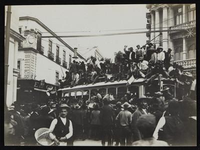 Tranvía tomado por habitantes posterior a la renuncia de Porfirio Díaz, ciudad de México