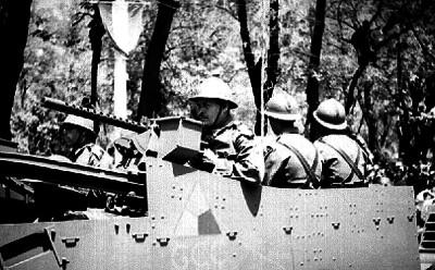 Soldados a bordo de tanque de guerra durante el desfile