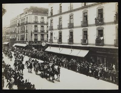 Francisco I Madero transita en un carruaje posterior a su toma de posesión como presidente