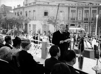 Vicente Lombardo Toledano, Manuel Tello, el embajador ruso, José Mancidor y otras personas, en el teatro Iris, durante una ceremonia de aniversario de la Revolución Rusa