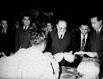 Líderes campesinos recibiendo presentes de campesinos durante la ceremonia del 8° aniversario de la C.N.C. en el Palacio de Bellas Artes