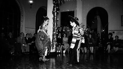 Dos niñas bailando el jarabe tapatio
