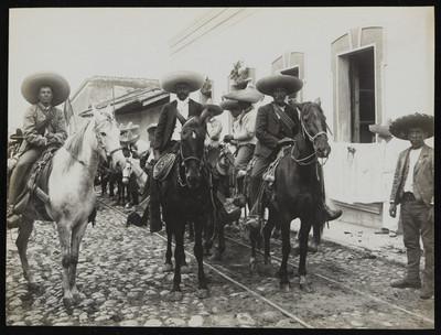 Emiliano Zapata en compañía de dos generales en Cuernavaca, Morelos