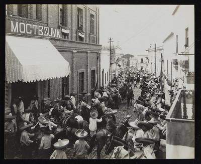 Ejercito zapatista frente al Hotel Moctezuma en Cuernavaca, Morelos