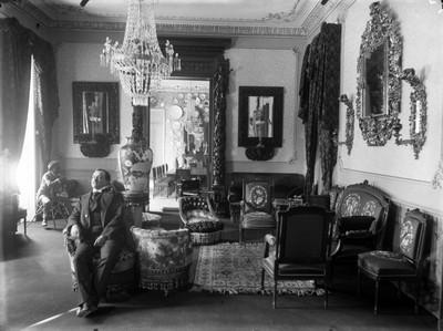Personas en la sala de la residencia de Azurmendi