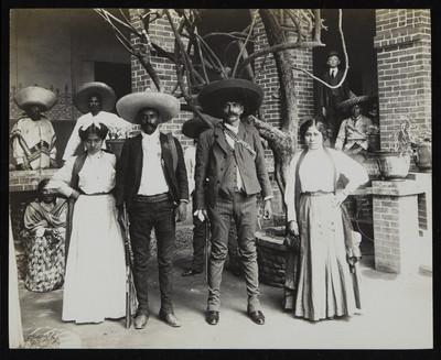 Emiliano y Eufemio Zapata acompañados por dos mujeres, Cuernavaca